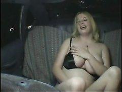Толстая блондинка в бикини в домашнем видео дрочит киску и курит после оргазма