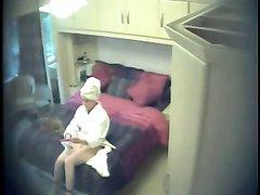 Любительскую мастурбацию одинокой женщины снимает скрытая камера в спальне