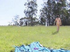 Модель с волосатой киской в любительском видео позирует голой на природе