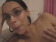 Нежная брюнетка разделась для домашнего секса и развалилась в постели