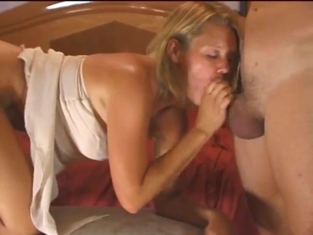 Молодая блондинка строчит домашний минет и бесплатно получает сперму в рот