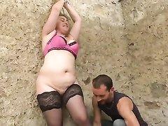 Для жёсткого анального секса втроём парни сняли зрелую толстуху в чулках