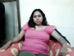 Латинская толстуха в домашнем видео показывает сиськи и дрочит волосатую киску