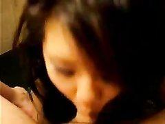 Ухоженная азиатка исполнила шикарный минет от первого лица в любительском видео