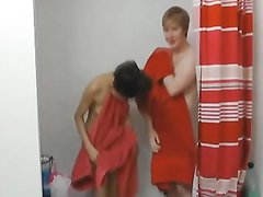 Корейская смуглянка в домашнем видео трахается в ванной с белым поклонником