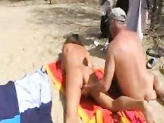 В любительском видео на пляже мужчина дрочит член и киску зрелой супруги