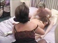 Две зрелые лесбиянки пригласили общего любовника для секса втроём с куни