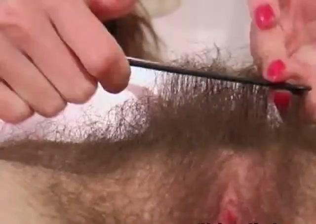 Зрелая дама с заросшими подмышками в видео обнажила волосатую киску крупным планом