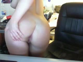 Зрелая немка перед вебкамерой занялась любительской мастурбацией с секс игрушкой