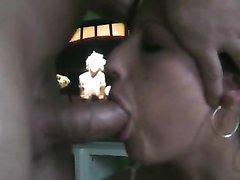 Красивая проститутка для домашнего видео крупным планом сделала глубокую глотку