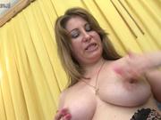 Красивая зрелая пышка в чулках разделась для домашней мастурбации с секс игрушкой