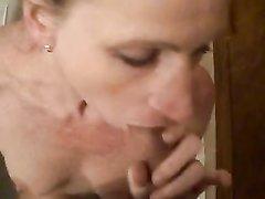 Не красивая зрелая шлюха бесплатно сделала любительский минет с окончанием в рот