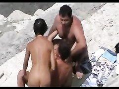Любительский групповой секс на пляже подглядывает оператор с камерой