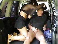 Водитель для любительского секса посадил в просторный салон страстную незнакомку