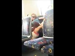 Скрытая камера в автобусе снимает любительский секс со страстной итальянкой