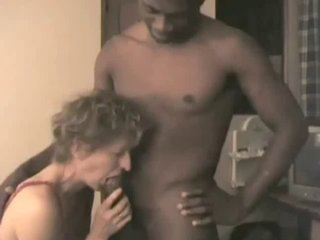Зрелая немка с маленькими сиськами завела темнокожего любовника для секса с минетом