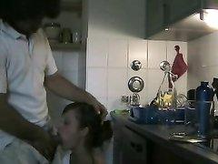 Молодая домохозяйка помешанная на минете бесплатно сосёт член гостя на кухне