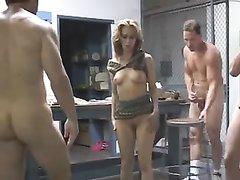 Групповой секс с женой и другом онлайн, порно кино в подъезде