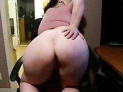 Зрелая домохозяйка онлайн дрочит дырку в большой попе перед вебкамерой