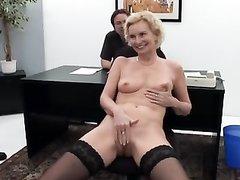Зрелая и красивая блондинка в чулках в немецком домашнем видео с двойным проникновением