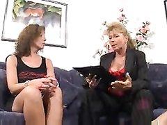 Фигуристые зрелые лесбиянки обожают любительский групповой секс с лизанием клитора