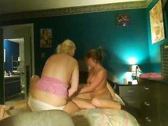 Скрытая камера снимает домашнее видео втроём с мастурбацией члена двумя дамами