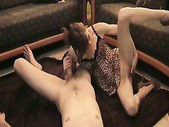 Зрелая домохозяйка перед бурным сексом жадно отсосала твёрдый член студента