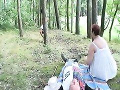 Студентка в лесу встретила зрелую пару и начался любительский секс втроём