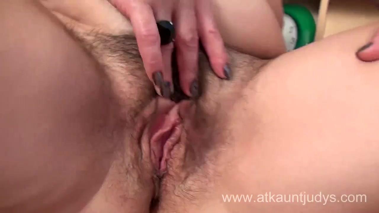 Видео зрелой волосатой брюнетки