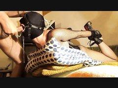 Для любительского секса с БДСМ развратница в маске связана в интересной позе