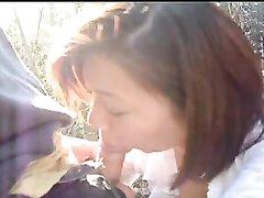 Рыжая японка в парке бесплатно сделала  любительский минет незнакомцу
