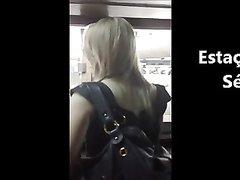 В любительском видео фигуристой бразильской блондинке подглядывают под юбку