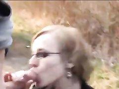 Очкастая зрелая дама в уличном видео сделала пикаперу любительский минет