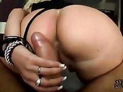 В домашнем видео зрелая блондинка не снимая трусиков оседлала член от первого лица