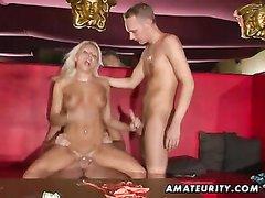 Красивая блондинка любит анальный секс втроём и жёсткое двойное проникновение