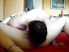 Мокрая домохозяйка после удачного куни и фут фетиша желает анальный секс