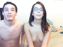 Жадный любовник за деньги онлайн по вебкамере показывает дырки очкастой подруги