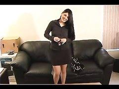 На любительском порно кастинге латинская студентка разделась для интима на диване