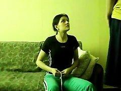 В русском видео молодая брюнетка после домашнего минета встала на карачки