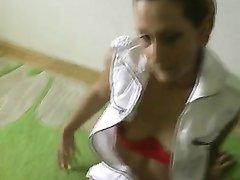 Рыжая соблазнительница в чулках дрочит дырки перед домашним анальным сексом