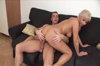Волосатая киска зрелой блондинки нуждается в любительском сексе с молодым членом