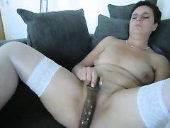 Для домашней мастурбации зрелая дама в чулках взяла в руку секс игрушку