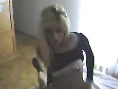 Стройная блондинка в интимном видео шалит с любовником утром в постели