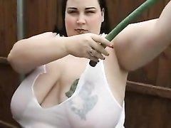 Жирная домохозяйка во дворе для видео показывает огромные сиськи с тату