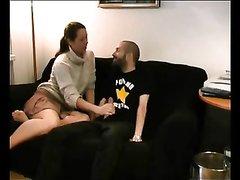 Озабоченный гость в домашнем видео соблазнил зрелую и одинокую дамочку