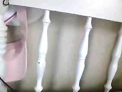 Молодая домохозяйка взяла секс игрушку и раздвинула ноги перед вебкамерой