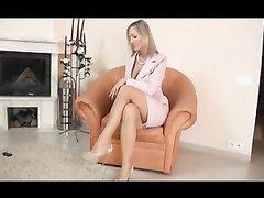 Зрелая блондинка в любительском видео с женским доминированием и фут фетишем