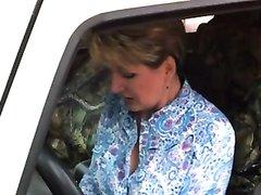 Зрелая авто леди с большими сиськами в любительском видео жадно сосёт член