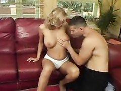 Грудастая блондинка в домашнем видео дрочит сиськами член поклонника