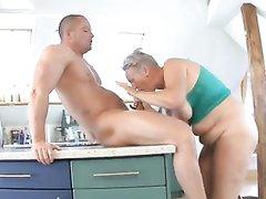 Молодой спортсмен порадовал зрелую и толстую домохозяйку жарким сексом